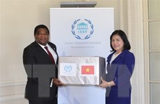 Trao tặng khẩu trang y tế của Chủ tịch Quốc hội cho Ban thư ký IPU