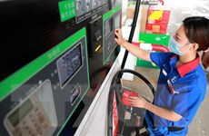 Giá dầu biến động mạnh, khép lại phiên cuối tuần với đà đi ngang