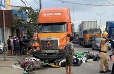 Xe container húc văng 7 xe máy đang chờ đèn đỏ, 6 người bị thương