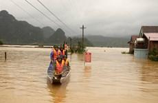 [Photo] Quảng Bình hỗ trợ người dân đi lại an toàn trong mưa lũ