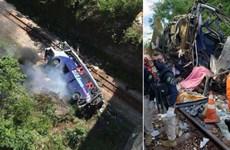Brazil: Xe buýt hỏng phanh lao khỏi cầu cao 20m, ít nhất 16 người chết