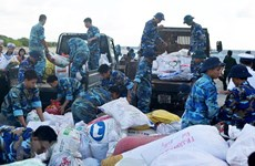 Đưa hàng hóa ra các xã đảo phục vụ nhân dân dịp Tết Nguyên đán