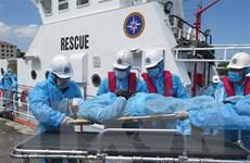 Lực lượng cứu hộ đưa một thuyền viên nước ngoài vào bờ điều trị bệnh