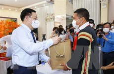Chủ tịch Quốc hội tặng quà công nhân, người lao động tỉnh Đắk Lắk
