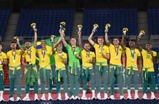 Đội bóng đá Brazil có thể bị phạt vì không mặc đồng phục lên nhận HCV