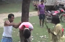 [Video] Ấn Độ: Kẻ tình nghi hiếp dâm bị xử đánh bằng chổi