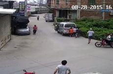 [Video] Kinh hoàng cảnh tượng ôtô đâm vào em bé 11 tháng tuổi