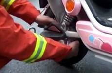 [Video] Giải cứu bé gái 4 tuổi bị kẹt chân vào bánh xe đạp điện