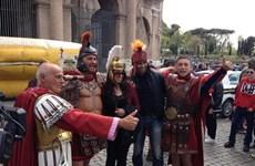 """Rome cấm """"võ sĩ giác đấu"""" thu tiền chụp ảnh của du khách"""