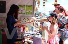 [Photo] Người Australia thích thú với kẹo lạc và bánh đậu xanh