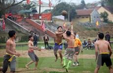 [Photo] Khản giọng cổ vũ tại trận vật cù hội đền Bạch Mã