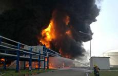 """[Photo] """"Cột lửa địa ngục"""" xuất hiện trong vụ nổ nhà máy hóa dầu"""