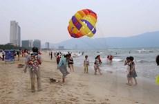 [Photo] Đà Nẵng vẫn tấp nập du khách dù cá chết dạt vào bờ