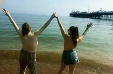 Hàng trăm người tham gia chiến dịch để ngực trần trên bãi biển