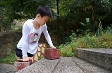 [Photo] Cậu bé khuyết tật 11 tuổi chinh phục độ cao hơn 1.000m