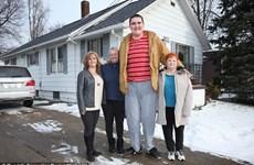 Choáng với chiều cao 2,3 mét của chàng khổng lồ tuổi teen