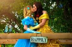 """Công chúa lọ lem Cinderella """"nổi loạn"""" với nụ hôn đồng giới"""