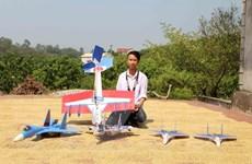 [Photo] Học sinh lớp 11 chế tạo mô hình máy bay chiến đấu Su-37
