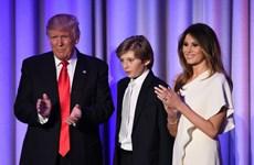 """Cậu ấm nhà Donald Trump """"buồn ngủ díp mắt"""" khi bố ăn mừng"""