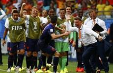"""Thầy trò Louis Van Gaal """"dắt tay"""" nhau về Hà Lan nhận giải"""