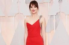 """""""Soi"""" thời trang thảm đỏ của nữ chính trong phim """"50 sắc thái"""""""