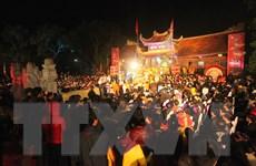 Người dân nô nức dự lễ phát lương Đức Thánh Trần lúc nửa đêm