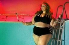Người mẫu size 22 tự tin khoe dáng trong bộ sưu tập áo tắm