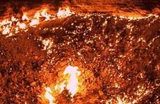"""[Photo] Thám hiểm """"cổng địa ngục"""" cháy rừng rực ở Turkmenistan"""