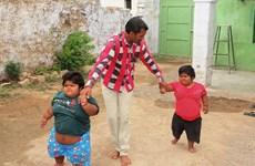 Bé gái 3 tuổi nặng 48kg lần đầu tiên tự đi không cần trợ giúp