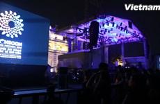 [Video] Giới trẻ cuồng nhiệt với các sao trong Lễ hội Gió mùa