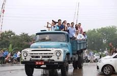 """Xe tải, xe gàu """"hiệp đồng binh chủng"""" cứu dân bị ngập ở Cổ Nhuế"""