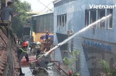 [Video] Lực lượng chức năng nỗ lực dập đám cháy ở đường Trường Chinh