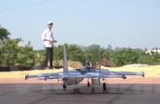 Cậu học sinh dành dụm 1 năm tiền ăn sáng để chế mô hình máy bay Su