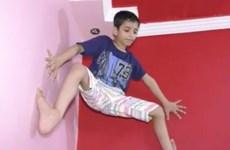 """""""Người nhện nhí"""" đến từ Ấn Độ gây 'sốc' với khả năng leo trèo"""