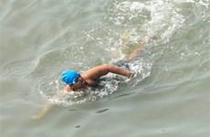 Bé gái Ấn Độ mắc chứng tự kỷ lập kỷ lục thế giới về bơi trên biển