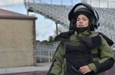 Nữ binh sỹ Mỹ lập kỷ lục Guinness khi chạy thi trong bộ đồ xử lý bom
