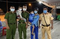 Hai bé trai đi bộ tìm cha đã được công an đưa về an toàn