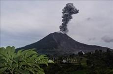 Núi lửa Sinabung tại Indonesia phun cột tro bụi cao 4.500 mét