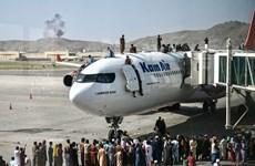 Cảnh hỗn loạn khi dân Afghanistan tràn vào sân bay để thoát khỏi Kabul
