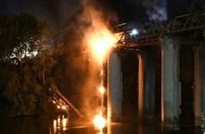 Italy: Hỏa hoạn làm hư hại cầu sắt nổi tiếng ở thành phố Rome