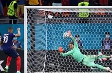 Cựu danh thủ Gary Neville đoán trước pha sút hỏng penalty của Mbappe