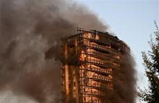 Sốc với cảnh biển lửa trùm lên tòa chung cư 20 tầng ở Italy