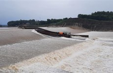 Quảng Trị: Cứu hộ đoàn công tác bị nước cuốn, mắc kẹt giữa đập tràn