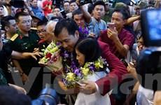 [Photo] Người hùng Hoàng Xuân Vinh âu yếm ôm vợ và con gái