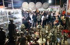 Hàng ngàn du khách đi chợ Viềng cầu may, lấy lộc đầu năm