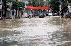 """Ngập thành phố Lạng Sơn, nhiều người dân """"cố thủ"""" trên mái nhà"""