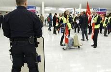 Nhân viên hàng không đình công, nhiều chuyến bay ở Paris bị chậm