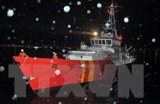 """Cứu nạn 13 thuyền viên tàu cá bị """"tàu lạ"""" đâm chìm trên biển"""