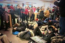 Người biểu tình chiếm cửa hàng biểu tượng của Apple ở New York