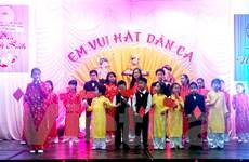 Thiếu nhi Việt Nam tại Cộng hòa Séc trình diễn hát dân ca